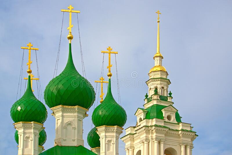 Las majestuosas cruces de oro y las cúpulas verdes de la Iglesia de nuestro Salvador Kostroma, Rusia imagen de archivo