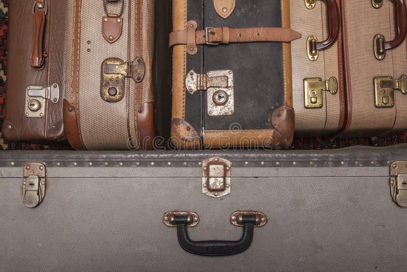 Las maletas antiguas, retro, yacen sobre la mesa con fondo blanco imágenes de archivo libres de regalías