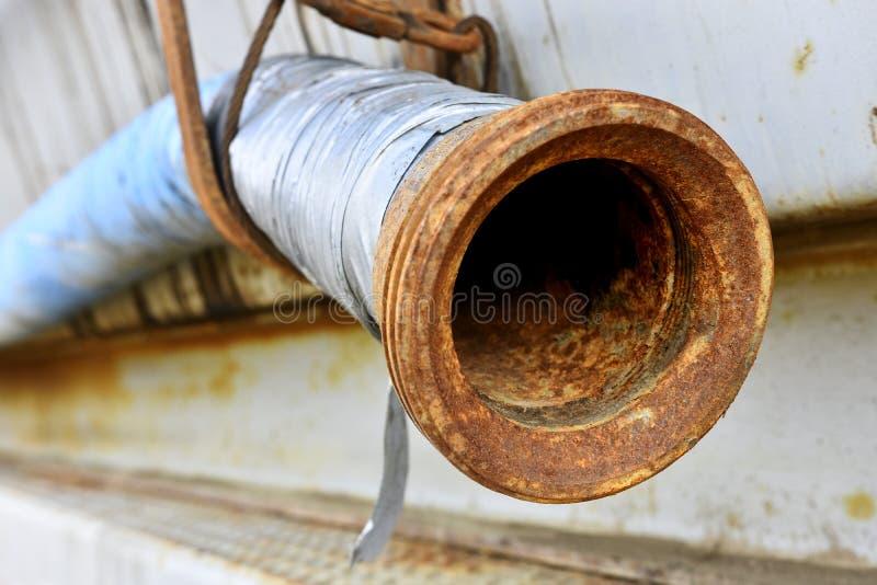 Las mangueras industriales viejas se cierran para arriba imagen de archivo
