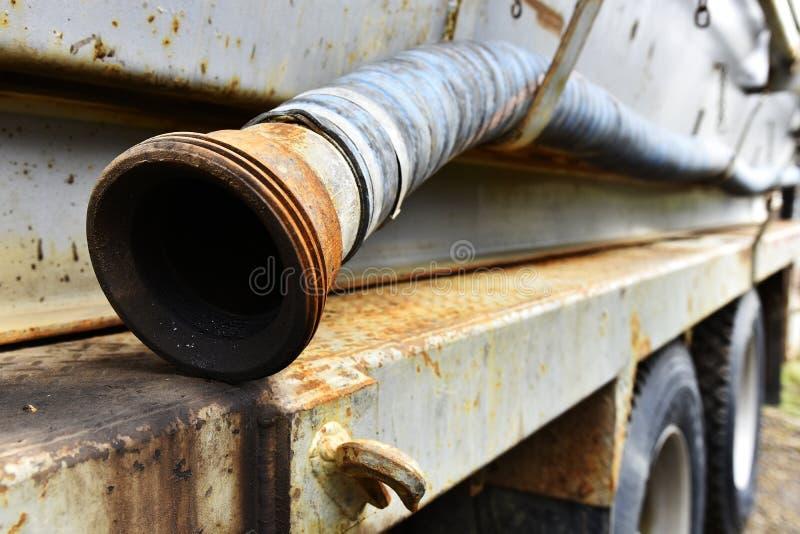 Las mangueras industriales viejas se cierran para arriba fotos de archivo