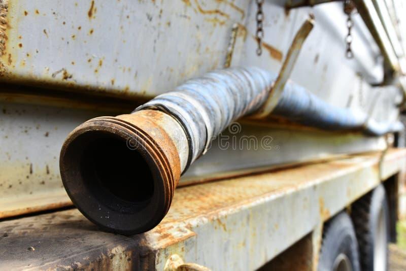 Las mangueras industriales viejas se cierran para arriba imagenes de archivo