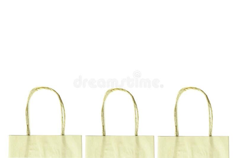 Las manijas de la bolsa de papel marrón aislaron la trayectoria de recortes del whith fotografía de archivo