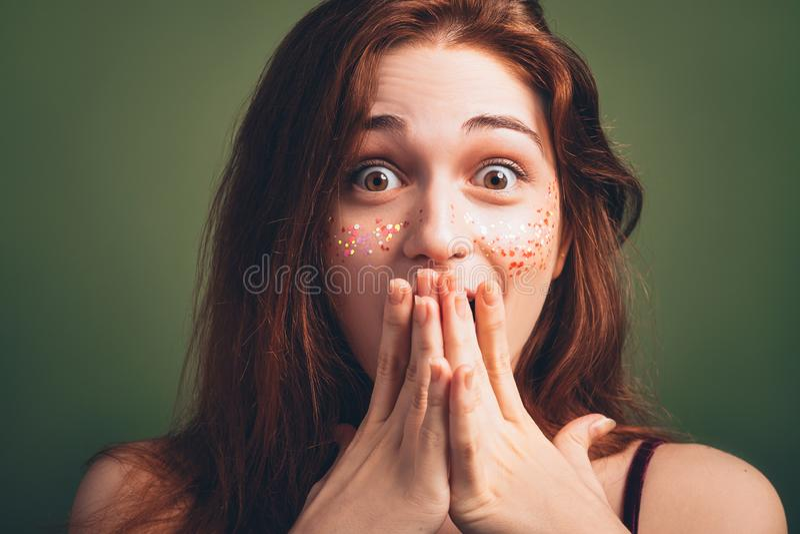 Las manos asombrosas de la expresión de la incredulidad de la mujer articulan imágenes de archivo libres de regalías