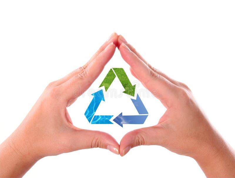 Las manos con reciclan símbolo de la flecha foto de archivo