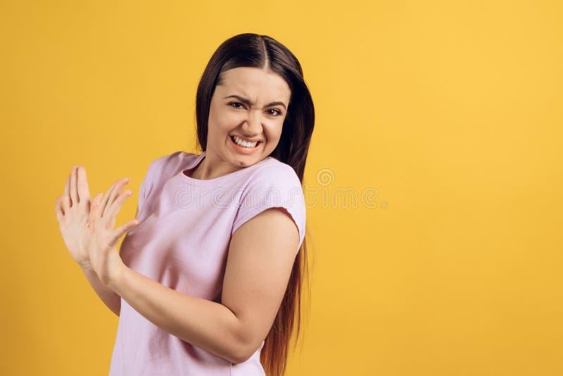 Las manos cubre a la muchacha contrariedad joven imagen de archivo