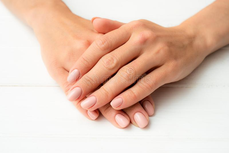 Las manos de la mujer en una tabla blanca fotografía de archivo