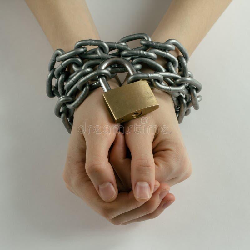 Las manos de la mujer encadenada imagen de archivo