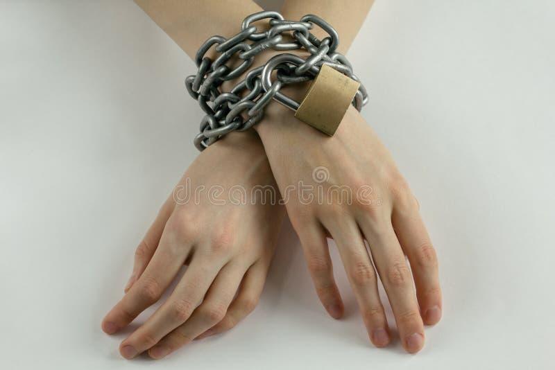 Las manos de la mujer encadenada foto de archivo libre de regalías