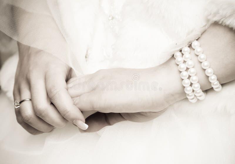 Las manos de la novia fotos de archivo libres de regalías