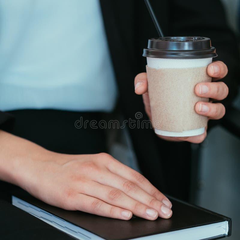 Las manos de la taza de la mujer del trabajo del descanso para tomar café cosecharon imágenes de archivo libres de regalías