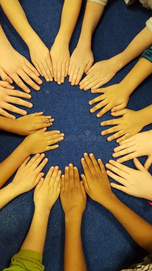 Las manos de los niños se divierten en la manta fotografía de archivo libre de regalías
