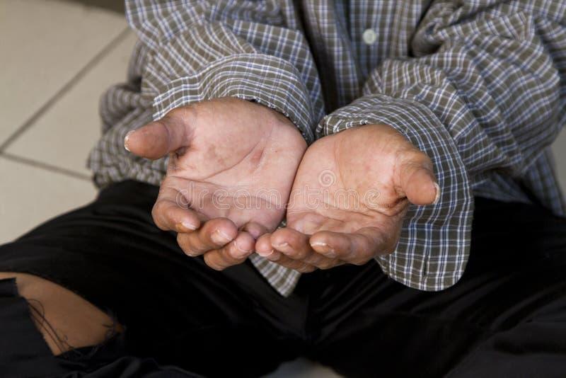 Las manos de un mendigo imagenes de archivo