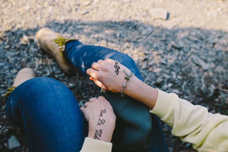 Las manos de una mujer joven con el ` y la clave de sol de Viva la Vida del ` de las inscripciones de Mehndi firman fotos de archivo libres de regalías