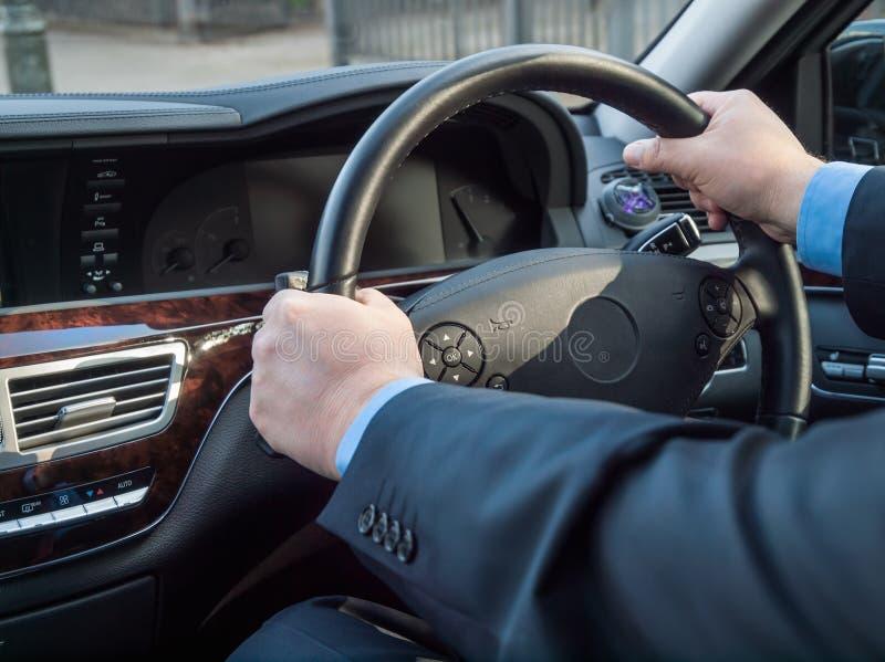 Las manos del chófer fotos de archivo