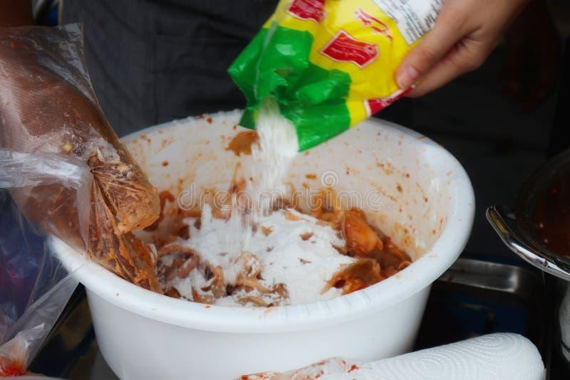 Las manos del cocinero están mezclando la pasta curruscante para cocinar en la cocina fotos de archivo libres de regalías