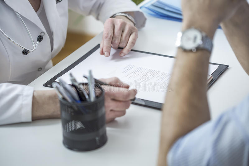 Las manos del doctor que escriben la prescripción imágenes de archivo libres de regalías