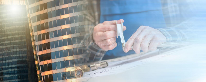 Las manos del fontanero usando la cinta del sello del hilo; exposición múltiple fotos de archivo libres de regalías