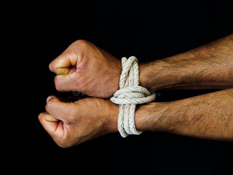 Las manos del hombre fueron atadas con una cuerda Violencia, aterrorizada, ser humano Righ imágenes de archivo libres de regalías