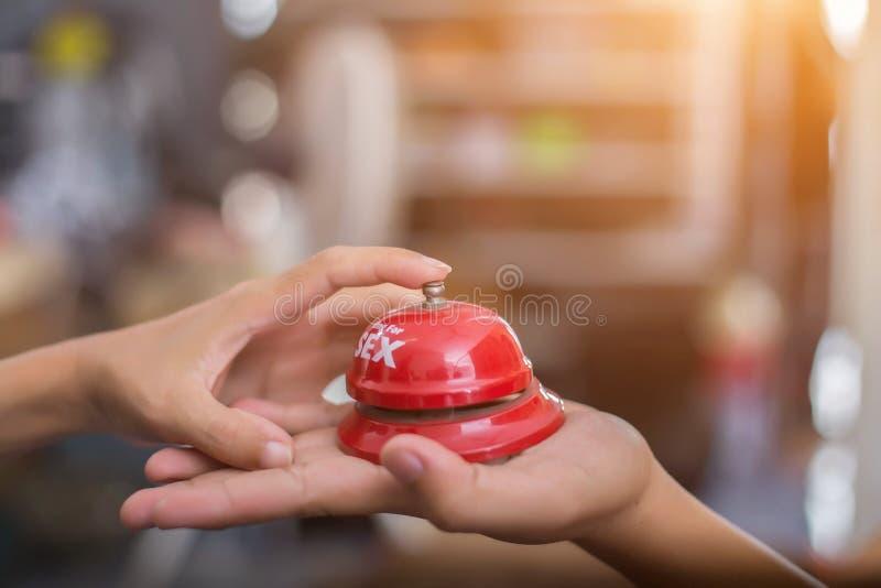 Las manos del hombre presionan la campana del sexo en una campana de la recepción concepto sobre sexo y erotismo fotografía de archivo libre de regalías