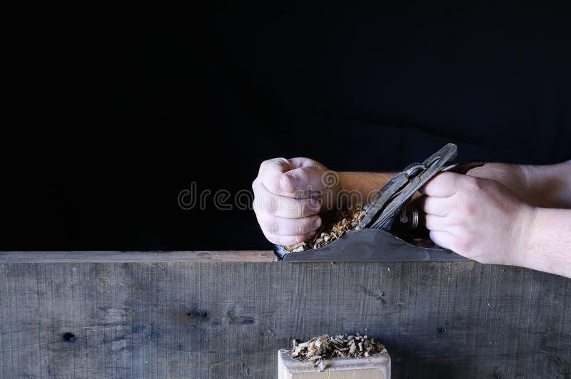 Las manos del hombre que trabajan con madera foto de archivo libre de regalías