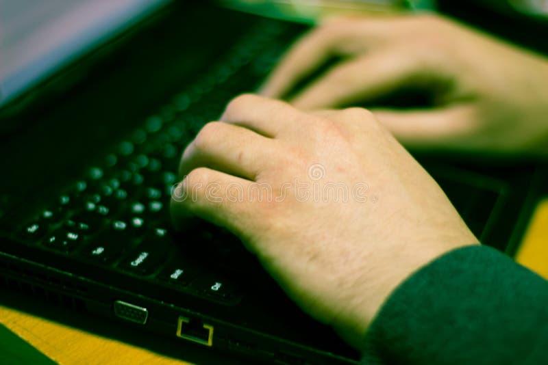 Las manos del programador, él que trabaja en un ordenador portátil imagenes de archivo