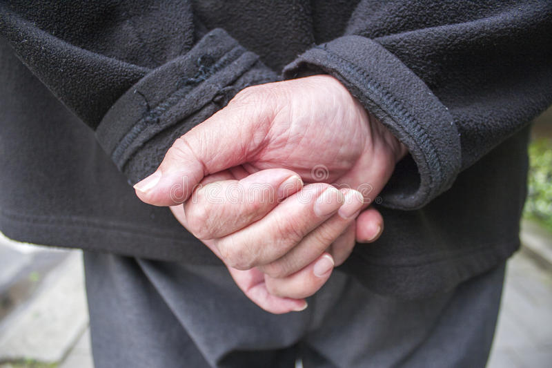 Las manos del viejo hombre detrás el suyo detrás imagenes de archivo