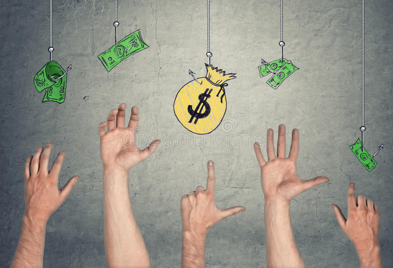 Las manos en el tryong del aire para alcanzar billetes de banco y el dinero empaquetan, colgando en los ganchos imágenes de archivo libres de regalías