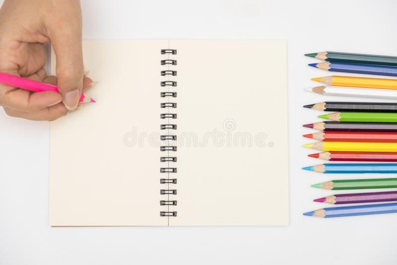 Las manos están escribiendo en el libro fotografía de archivo