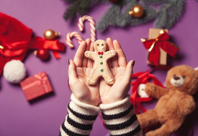 Las manos están sosteniendo la galleta del hombre de pan de jengibre imágenes de archivo libres de regalías