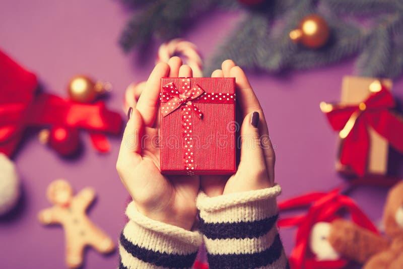 Las manos femeninas están sosteniendo un regalo foto de archivo libre de regalías