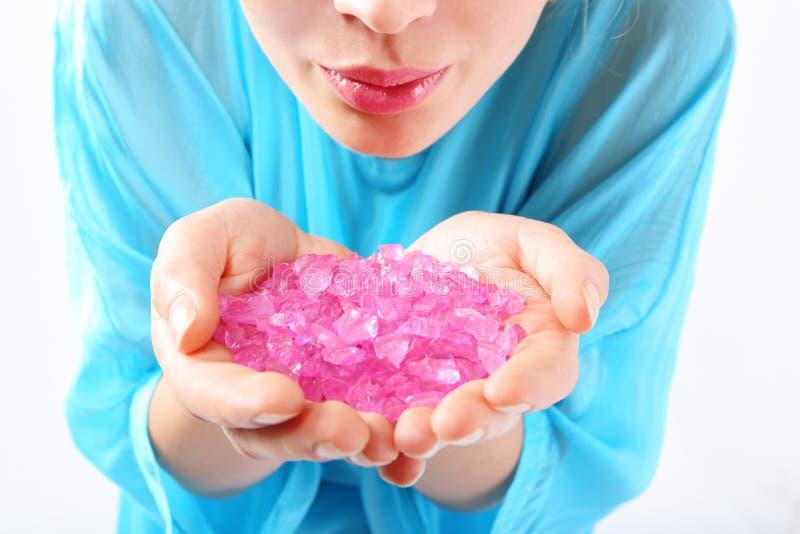 Las manos femeninas guardan cristales coloreados imágenes de archivo libres de regalías