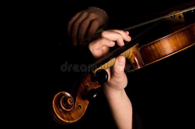 Las manos femeninas tocan un violín fotografía de archivo libre de regalías