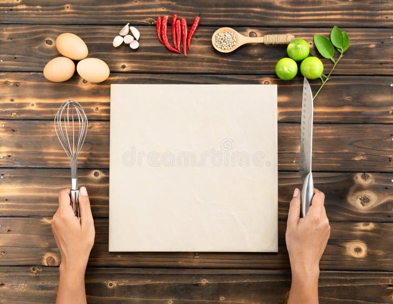 Las manos hacen un poco de comida, copian el espacio imágenes de archivo libres de regalías