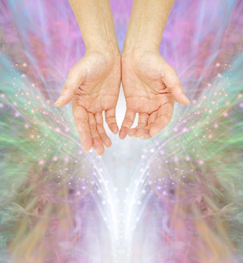 Las manos humildes de un médico curativo espiritual fotografía de archivo