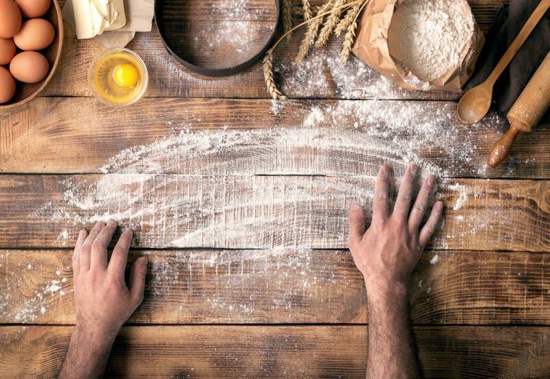 Las manos masculinas preparan un lugar para cocinar la pasta fotos de archivo libres de regalías
