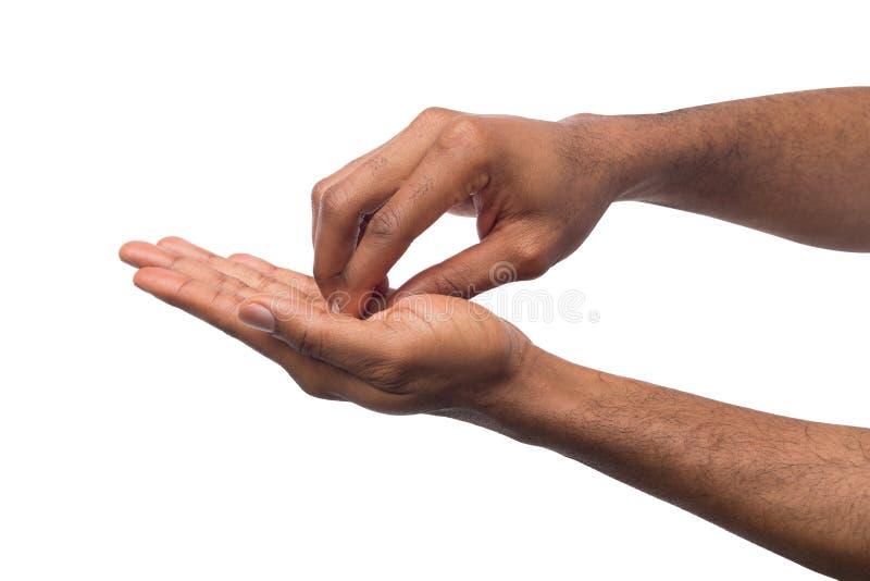 Las manos negras que hacen acupressure dan masajes, aislado en blanco foto de archivo