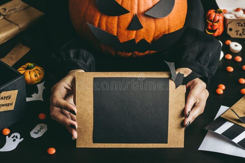 Download Las Manos Que Llevan A Cabo Halloween Cardan Hecho Del Papel Del Arte Copie El Espacio Imagen de archivo - Imagen de linterna, otoño: 100531251