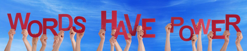 Las manos que llevan a cabo palabras rojas de la palabra tienen cielo azul del poder foto de archivo libre de regalías