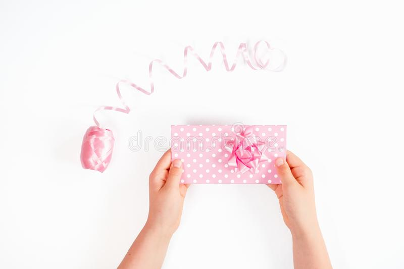 Las manos que sostenían una caja de regalo rosada aislaron fotografía de archivo libre de regalías