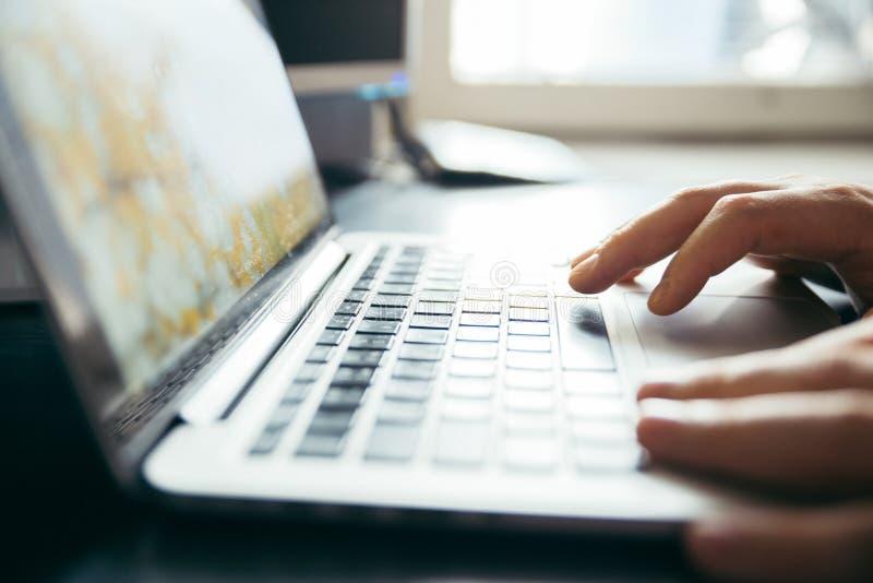 Las manos se cierran para arriba en el ordenador portátil fotografía de archivo libre de regalías