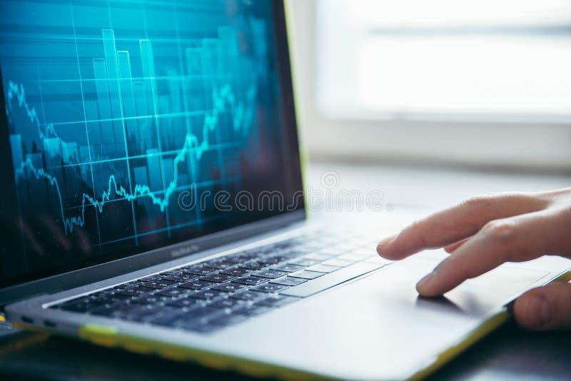 Las manos se cierran para arriba en el ordenador portátil imagen de archivo