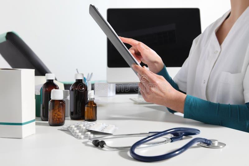 Las manos se cuidan usando cierre digital de la tableta para arriba en el escritorio en oficina fotos de archivo libres de regalías