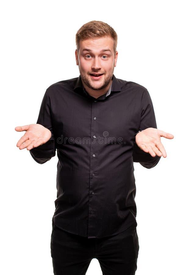 Las manos sonrientes y de extensiones del hombre barbudo no conocen qué decir en respuesta Lenguaje corporal imagen de archivo libre de regalías