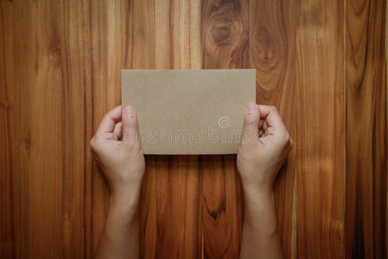 Las manos sostienen el papel en blanco imágenes de archivo libres de regalías