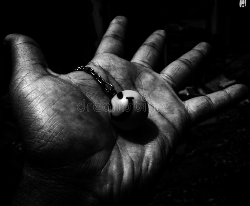 Las manos sucias son la muestra de una sonrisa limpia fotografía de archivo libre de regalías