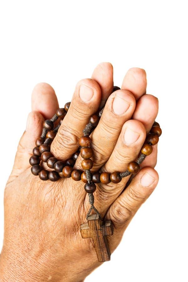 Las manos tienen cuidado con binded por el rosario de madera imagen de archivo