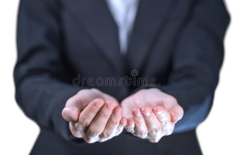 Las manos vacías del plam de la demostración de la mujer de negocios en el fondo blanco, gesto para sostenerse, dando, reciben co fotografía de archivo