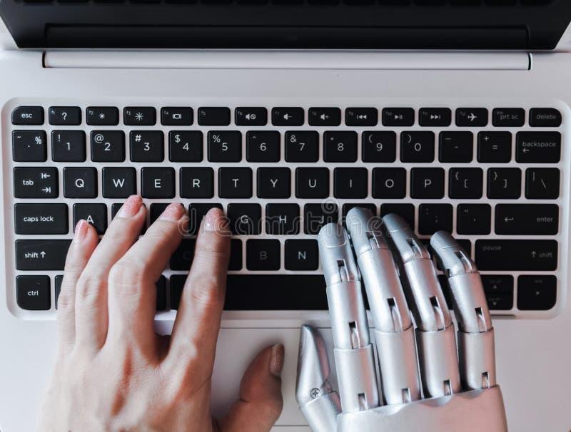 Las manos y los fingeres del robot señalan a la inteligencia artificial robótica del chatbot del consejero del botón del ordenado imágenes de archivo libres de regalías