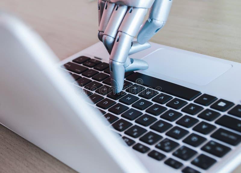 Las manos y los fingeres del robot señalan a la inteligencia artificial robótica del chatbot del consejero del botón del ordenado fotos de archivo libres de regalías