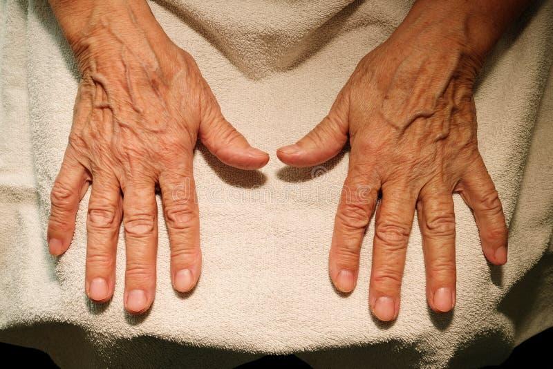 Las manos y los vidrios de la abuela para la visión fotografía de archivo libre de regalías